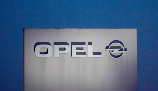 Das Opel-Logo wird in Rüsselsheim in angestrahlt. (picture-alliance / dpa / Andreas Arnold)