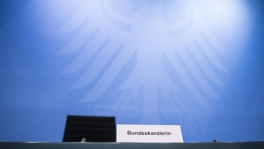 "Ein Namensschild mit der Aufschrift ""Bundeskanzlerin"" steht im Kanzleramt. (picture alliance/Stefanie Loos/AFP POOL/dpa) (picture alliance/Stefanie Loos/AFP POOL/dpa)"