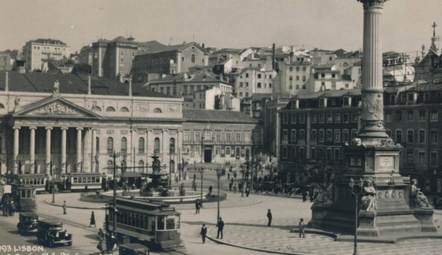 Rossio Square, Lisbon, Portugal, 1936. Rossio Square is the popular name for the Pedro IV Square, Lisbon, Portugal. From a private album of a passenger who undertook a cruise on the S.S. Arandora Star, which began 9th April, 1936. | Verwendung weltweit, Keine Weitergabe an Wiederverkäufer. (The Print Collector)